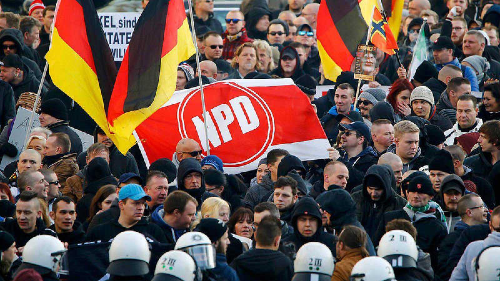 Foto de archivo: partidarios del partido anti-inmigración PEGIDA sostienen una pancarta con el logotipo del partido neonazi NPD en una manifestación en Colonia