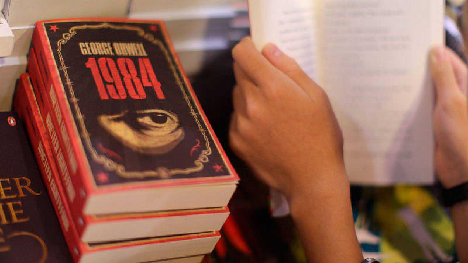 Varias copias de la novela '1984', de George Orwell