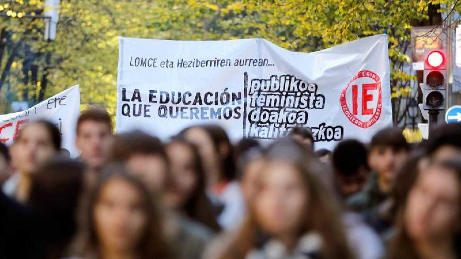 Manifestación en Bilbao convocada por los estudiantes contra la Lomce y las reválidas