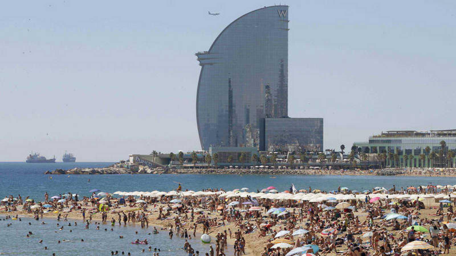 Vista de un hotel junto a la playa de la Barceloneta (Barcelona).