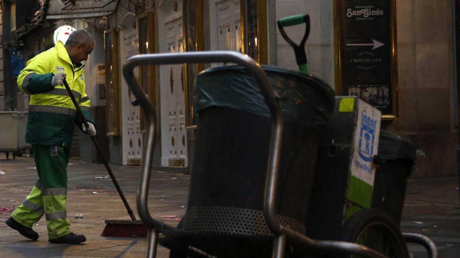 Un operario de los servicios de limpieza de Madrid en una imagen de archivo.