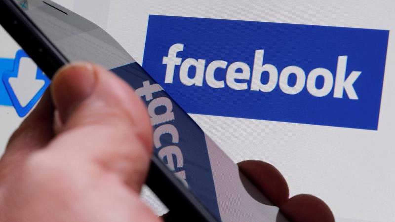 Imagen del logotipo de Facebook proyectado en una pantalla
