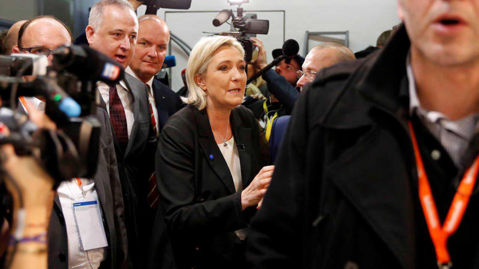 Marine Le Pen, líder del ultranacionalista Frente Nacional, rodeada de periodistas, fotografiada el 1 de febrero
