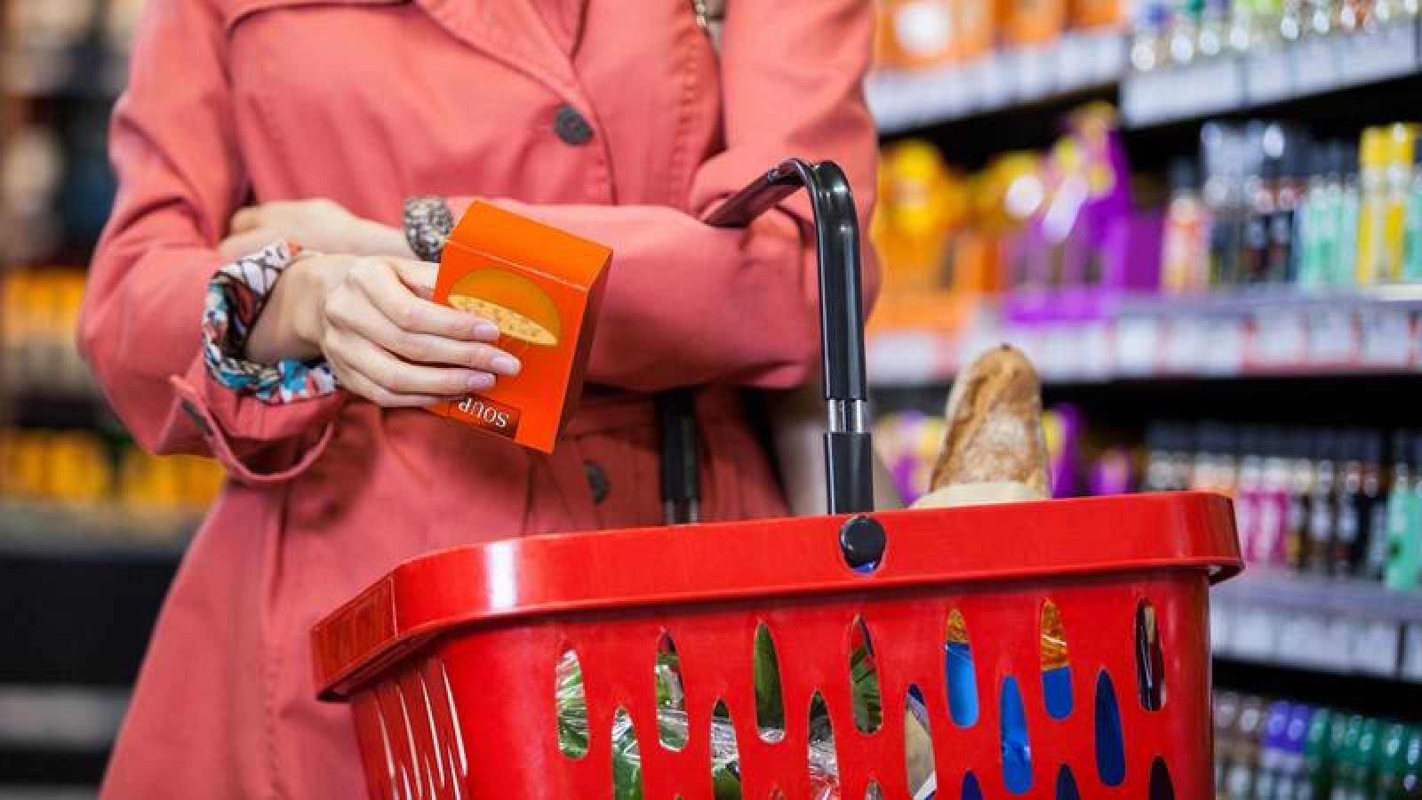 Una mujer compra en un supermercado.
