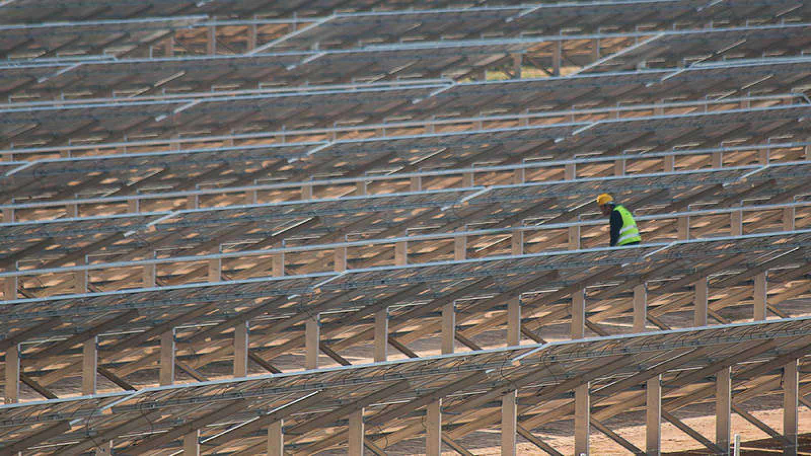 Imagen de la construcción de la planta fotovoltaica de Som Energia en Alcolea del Río, en Sevilla