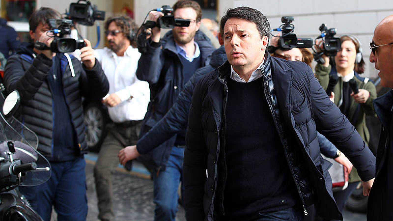 El ex primer ministro italiano, Matteo Renzi, llega a una reunión de la dirección nacional del Partido Democrático italiano.