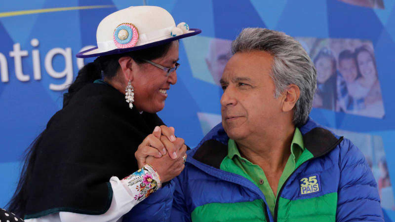 El candidato oficialista Lenin Moreno, favorito a la presidencia, saluda en un mitin a una una miembro de la comunidad indígena de Quito.