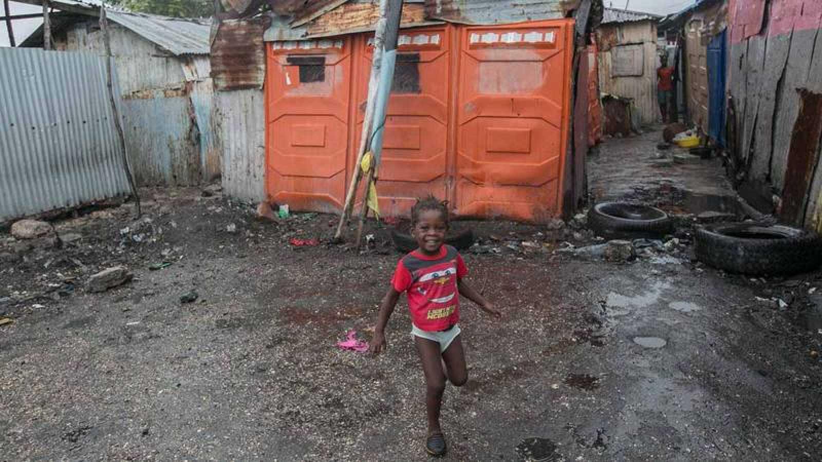 Una niña juega en el barrio de Cite Soleil, situado en Puerto Príncipe (Haití).