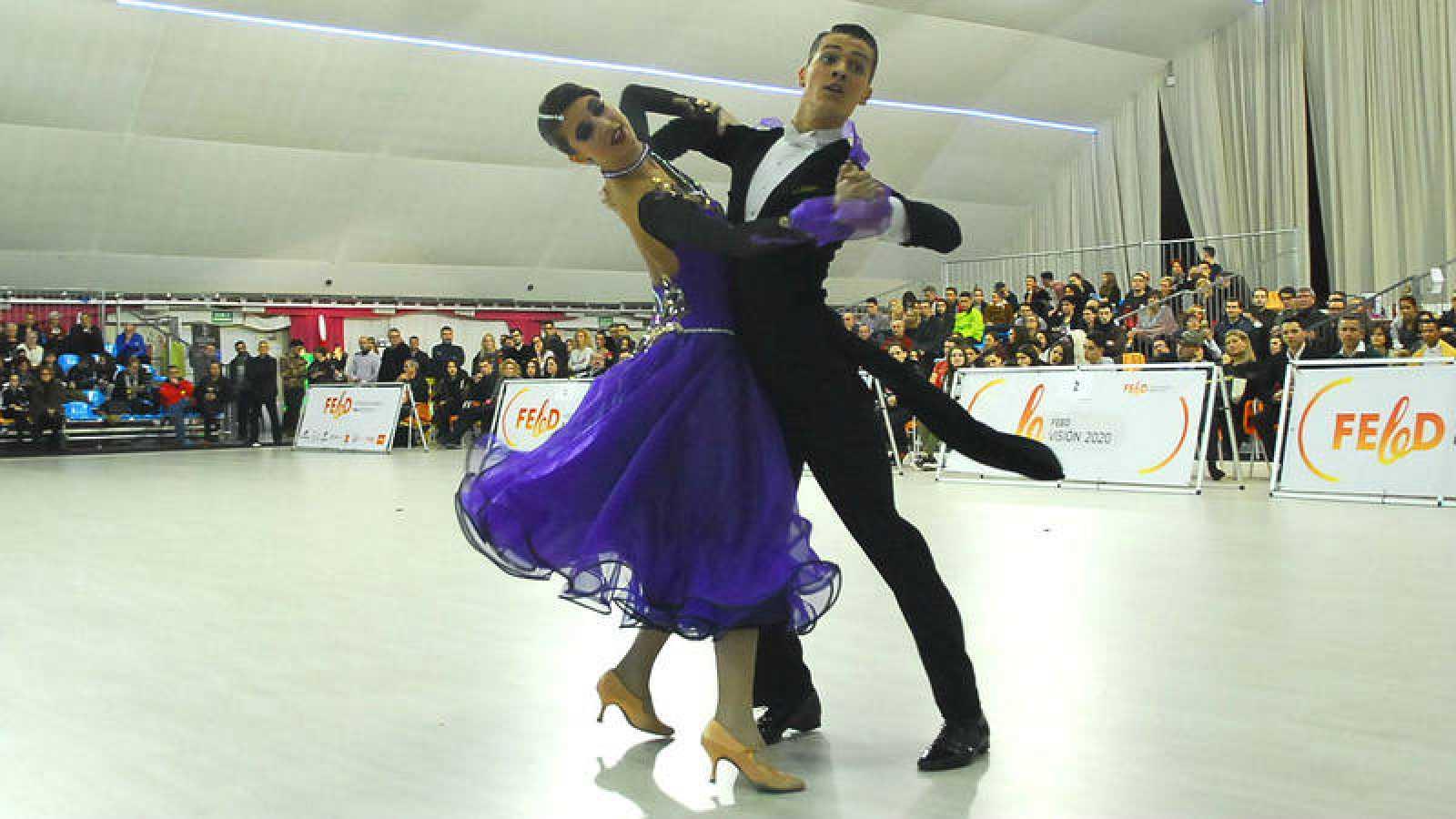 Una pareja baila en el Campeonato de España de Baile Deportivo Standard 2017.