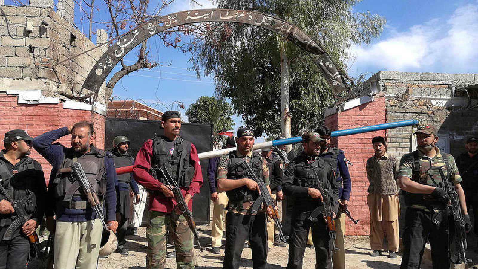 Policías montan guardia frnete al tribunal atacado en Charsadda, Pakistán