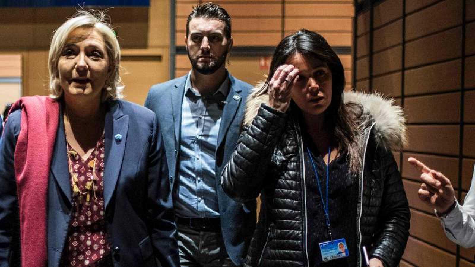 La líder del Frente Nacional camina junto a su jefa de gabinete, Catherine Griset