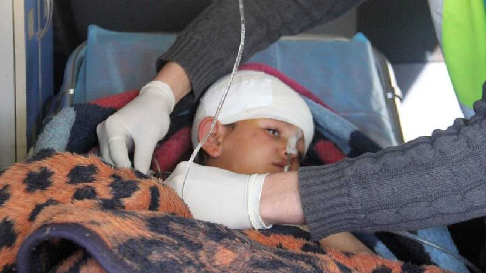 El niño sirio Abdel Basset Al-Satuf es evacuado en una ambulancia tras perder las piernas en un bombardeo en Idlib, Siria