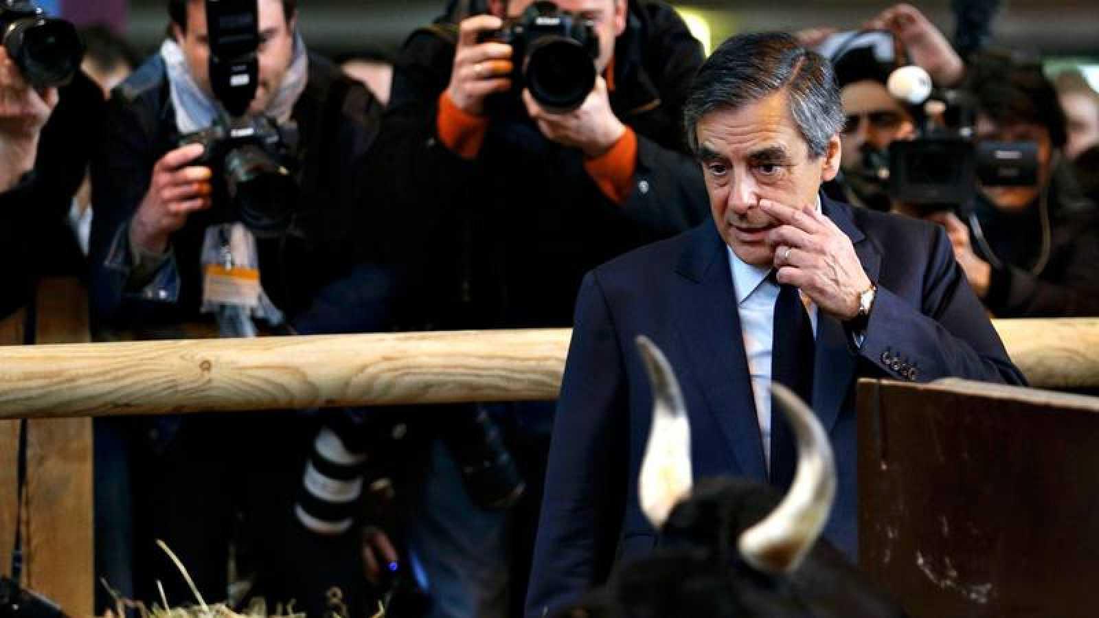 El candidato de Los Republicanos a la presidencia de Francia, François Fillon, visita una feria agrícola en París