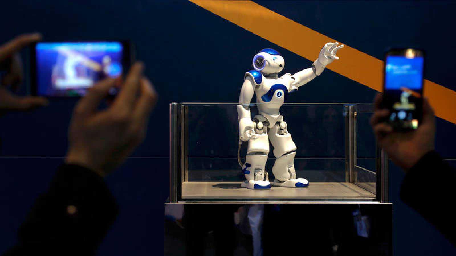 Visitantes del Mobile World Congress fotografían a uno de los robots presentados en Barcelona