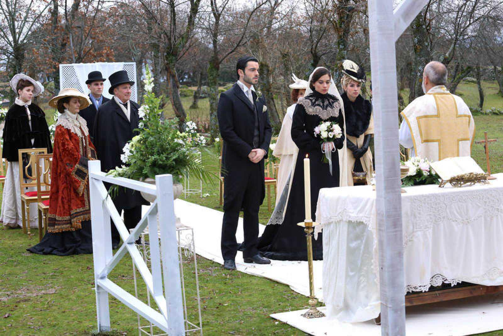 'Acacias' celebra la inusual boda de Fernando y Teresa, llena de tristeza tras la muerte de Mauro