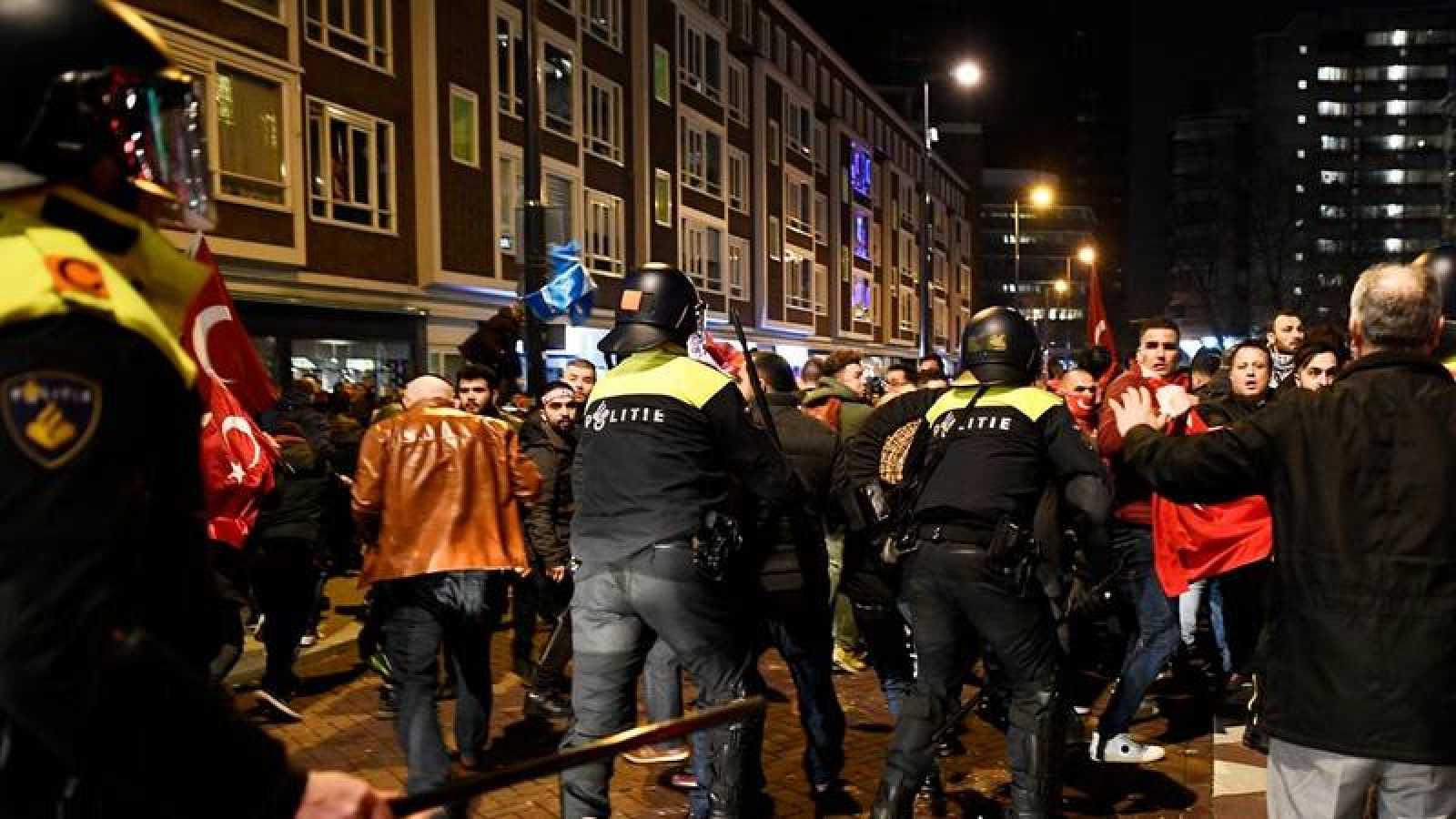 Imagen de una de las manifestaciones ocurridas en Holanda durante los últimos días en contra del veto a los ministros turcos