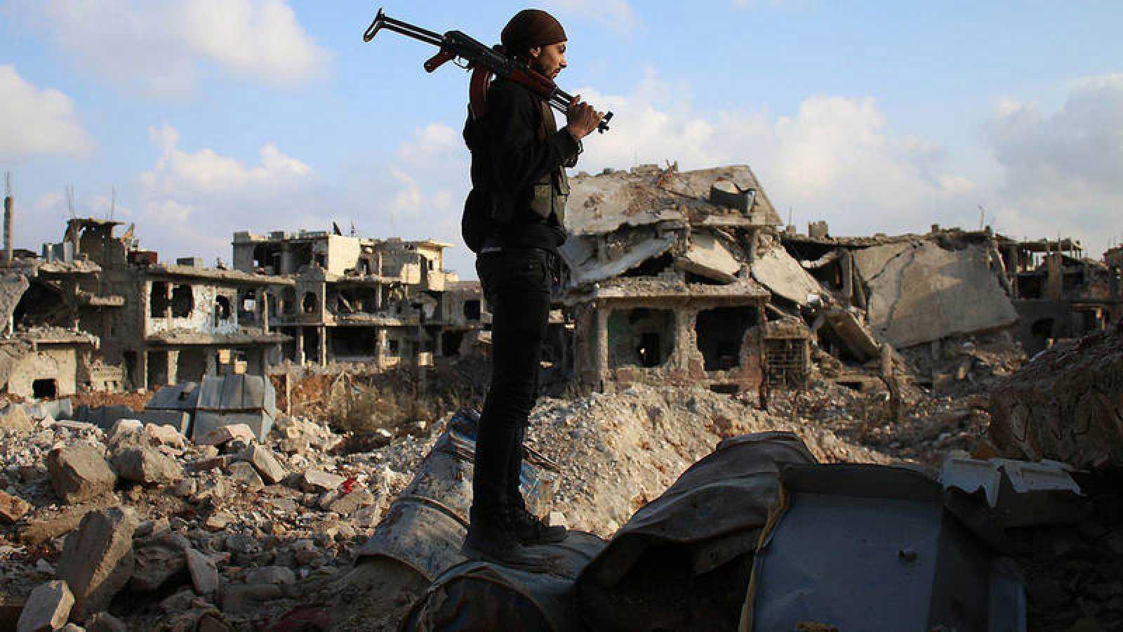 Un combatiente de la oposición siria en Daraa, sur de Siria.
