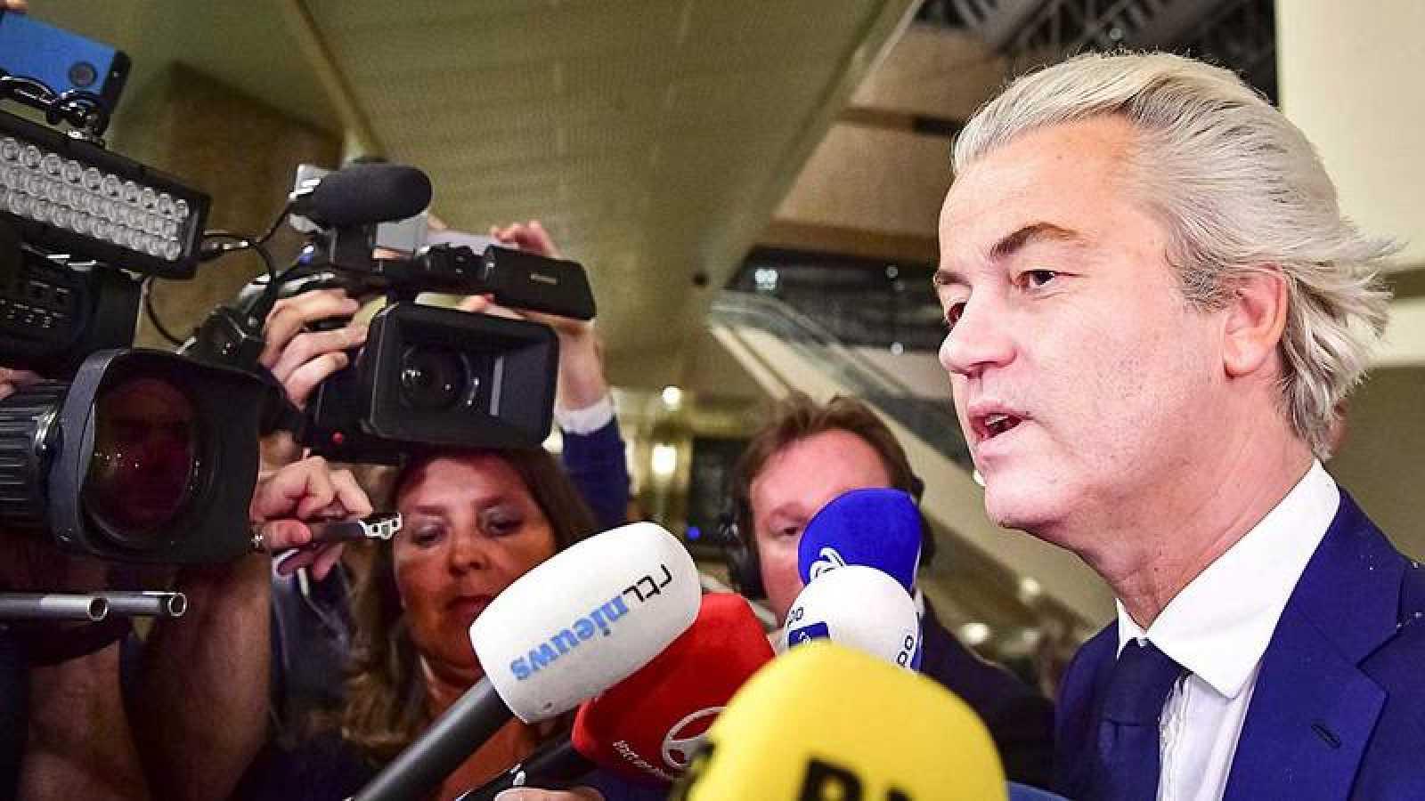 El líder ultraderechista Geert Wilders reconoce su derrota en las elecciones ante los medios de comunicación en La Haya.