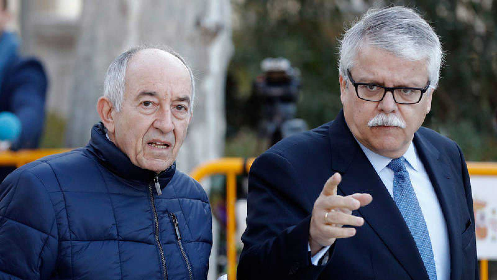 El exgobernador del Banco de España Miguel Ángel Fernández Ordóñez, a la izquierda, a su llegada a la Audiencia Nacional
