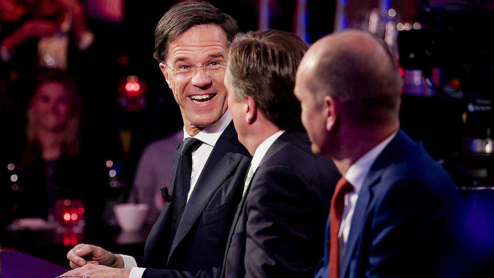 Desde la izquierda, Mark Rutte, Alexander Pechtold y Gert-Jan Segers participan en un programa televisivo por las elecciones en Holanda, el miércoles 15 de marzo de 2017, en La Haya (Holanda)