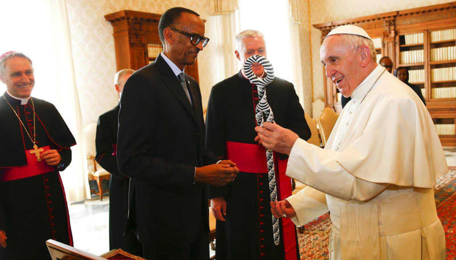El papa Francisco intercambia regalos con el presidente de Ruanda, Paul Kagame, durante una audiencia privada en el Vaticano.