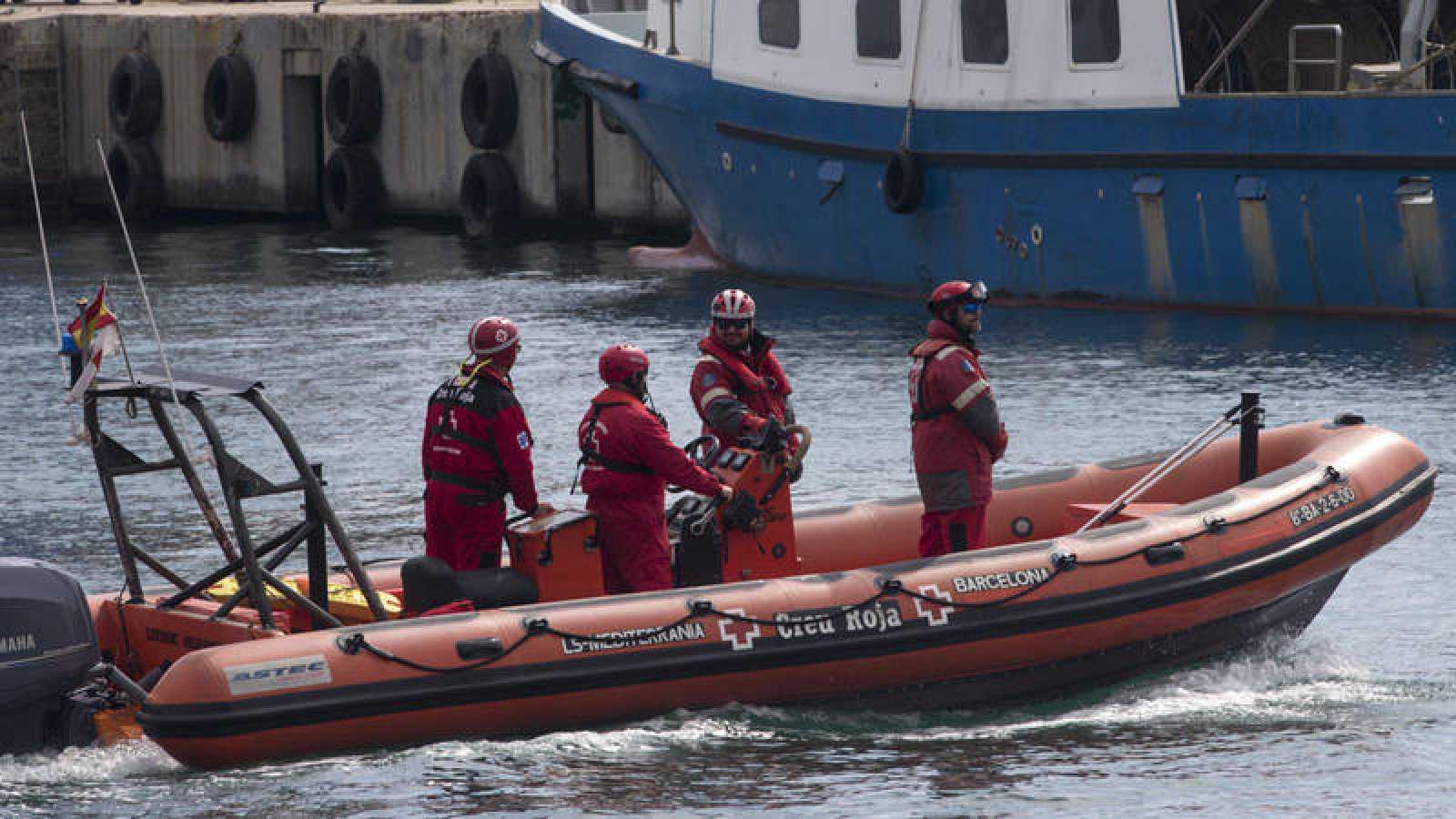 Miembros de la Cruz Roja salen del Puerto de Barcelona dentro de las labores de búsqueda de los dos marineros desaparecidos.