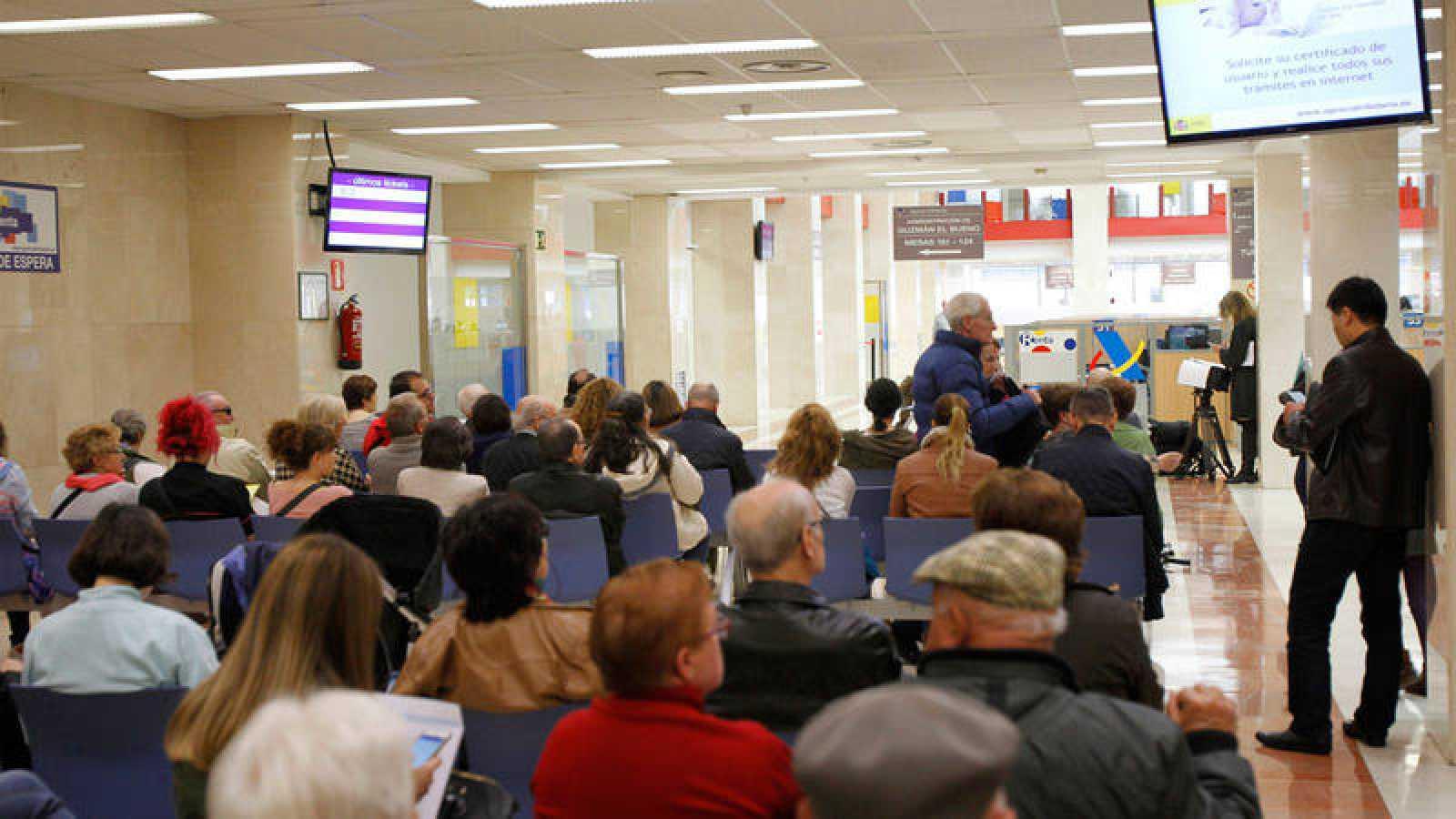 Zona de espera de una de las oficinas de la Agencia Tributaria en una imagen de archivo.