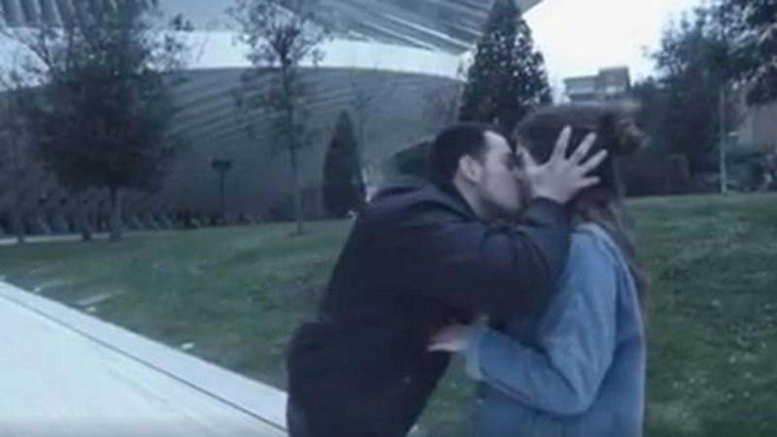 Wilson Alfonso colgó en Youtube el video con los besos sin consentimiento.