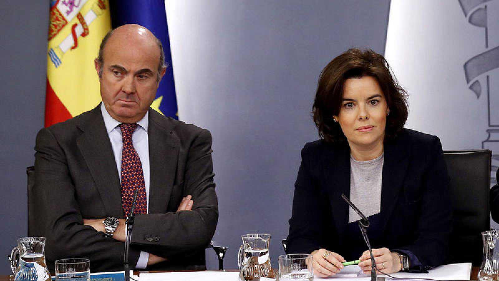 El ministro de Economía, Luís de Guindos, y la vicepresidenta del Gobierno, Soraya Saénz de Santamaría