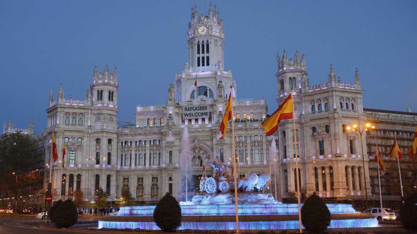 La Real Casa de Correos, sede del Ayuntamiento de Madrid, y la fuente de Cibeles.
