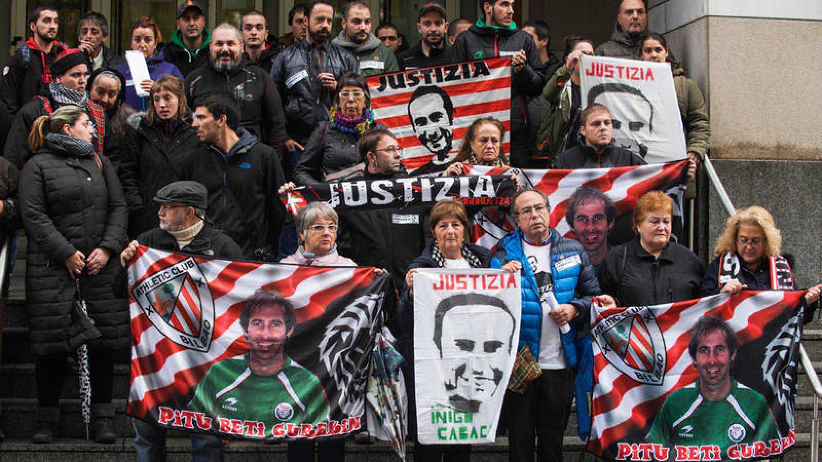 Familiares y amigos de Íñigo Cabacas, el joven que murió en Bilbao tras recibir un pelotazo de la Ertzaintza durante un partido de fútbol