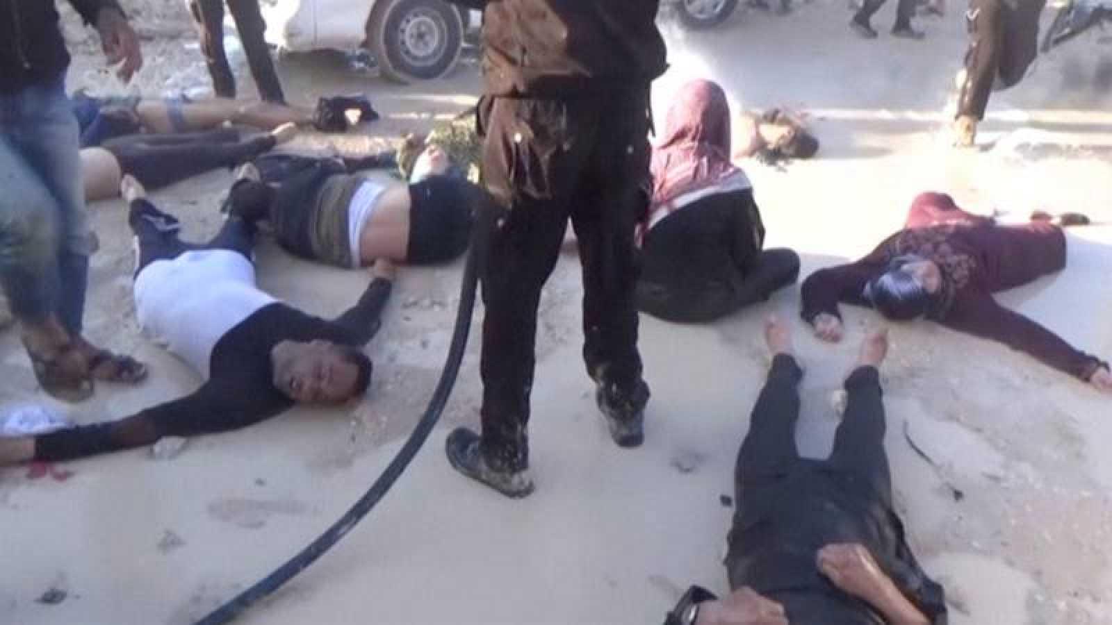 Fotograma extraido de un vídeo que muestra víctimas del ataque con gas en Jan Sheijún