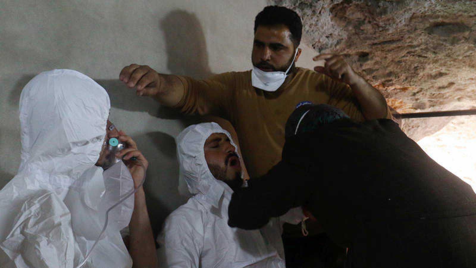 Un rescatador recibe asistencia con oxígeno tras el ataque con gases en Jan Sheijun, Siria