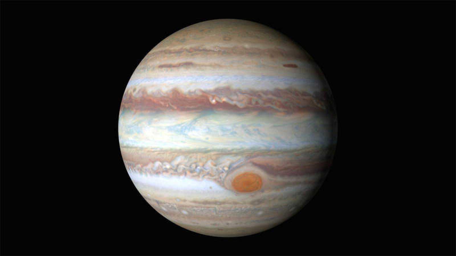 Júpiter es, después del Sol, el mayor cuerpo celeste del sistema solar, con una masa casi dos veces y media la de los demás planetas juntos.