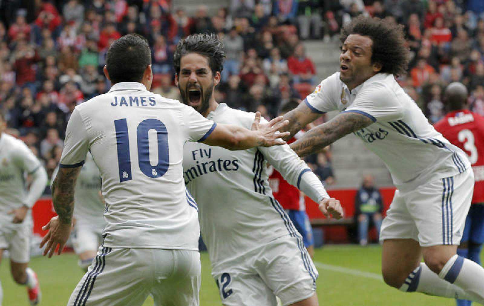 Isco es felicitado por Marcelo y Rodríguez tras conseguiir marcar el tercer gol.