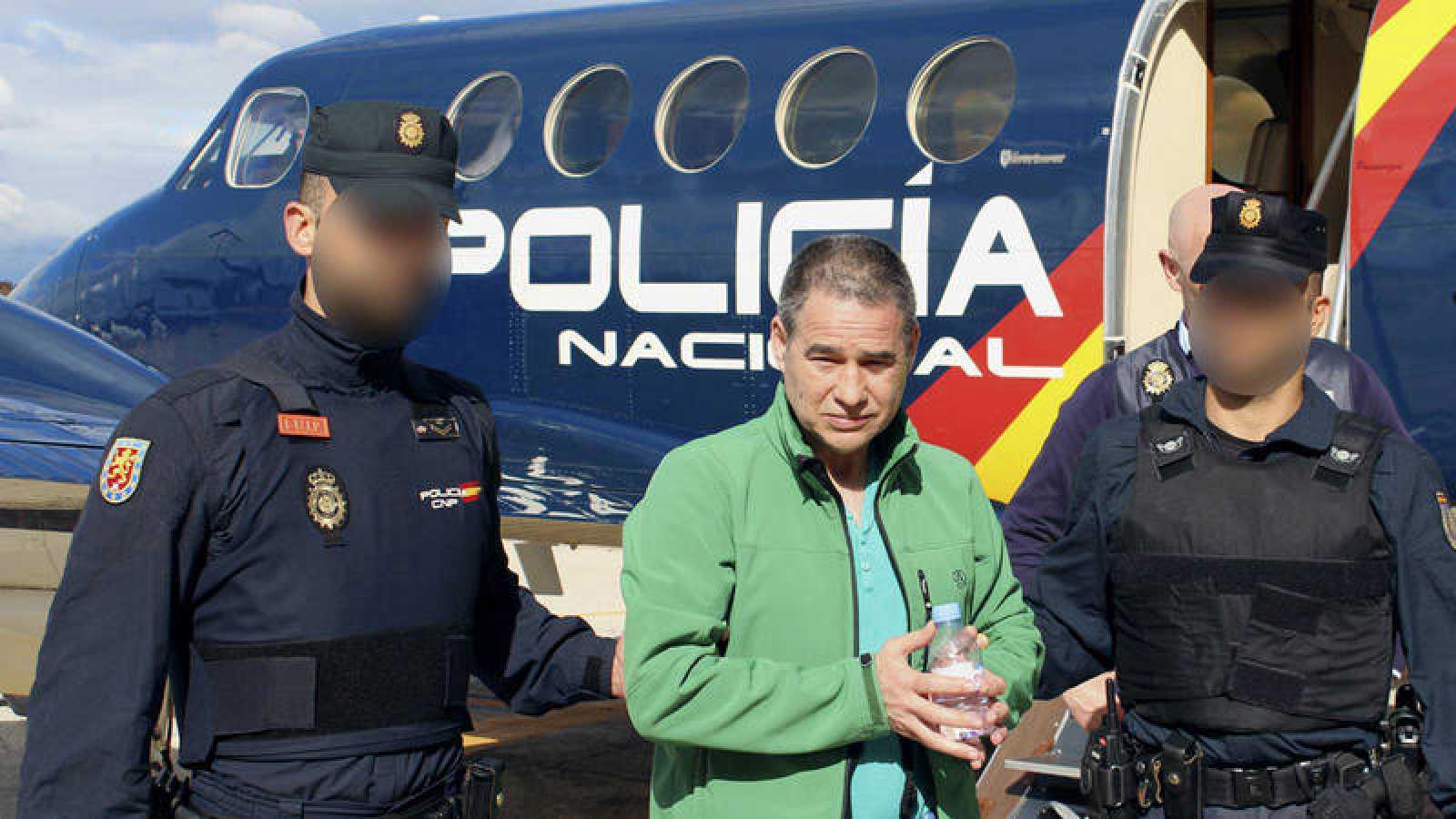 Fotografía facilitada por el Ministerio del Interior del etarra Antonio Troitiño, a su llegada a España en vuelo desde Londres.