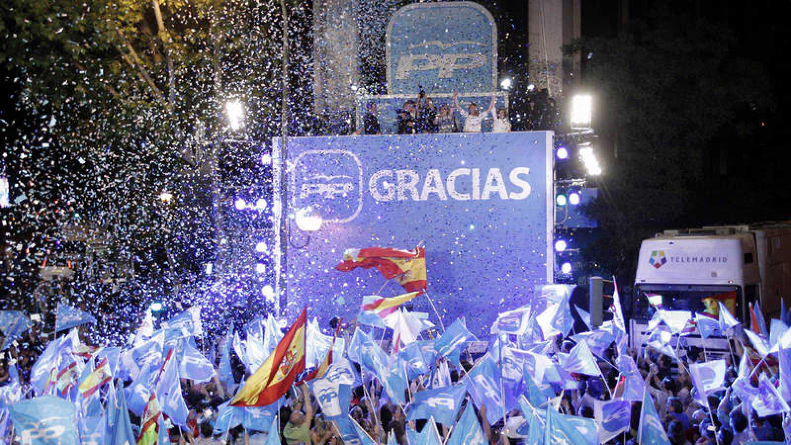 Simpatizantes del PP celebran ante la sede del partido la victoria en las elecciones municipales y autonómicas de 2011
