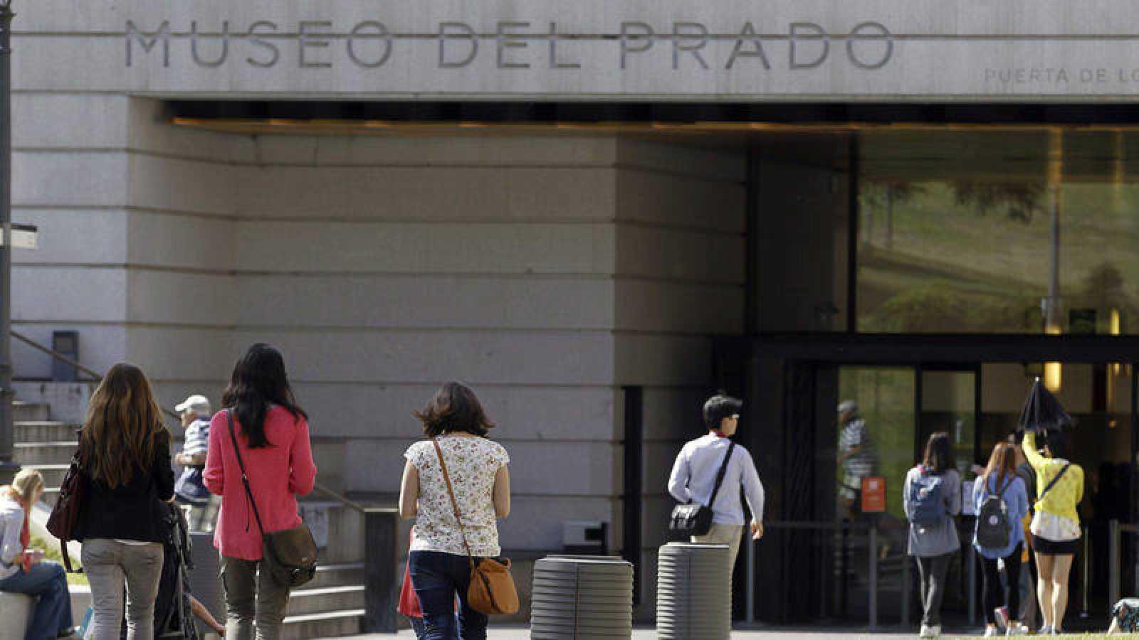 Decenas de personas acceden al Museo del Prado en el Día Internacional de los Museos de 2014