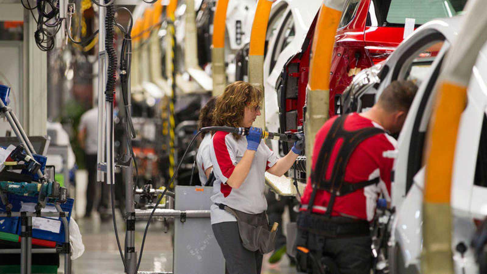 Trabajadora en una cadena de montaje de automóviles