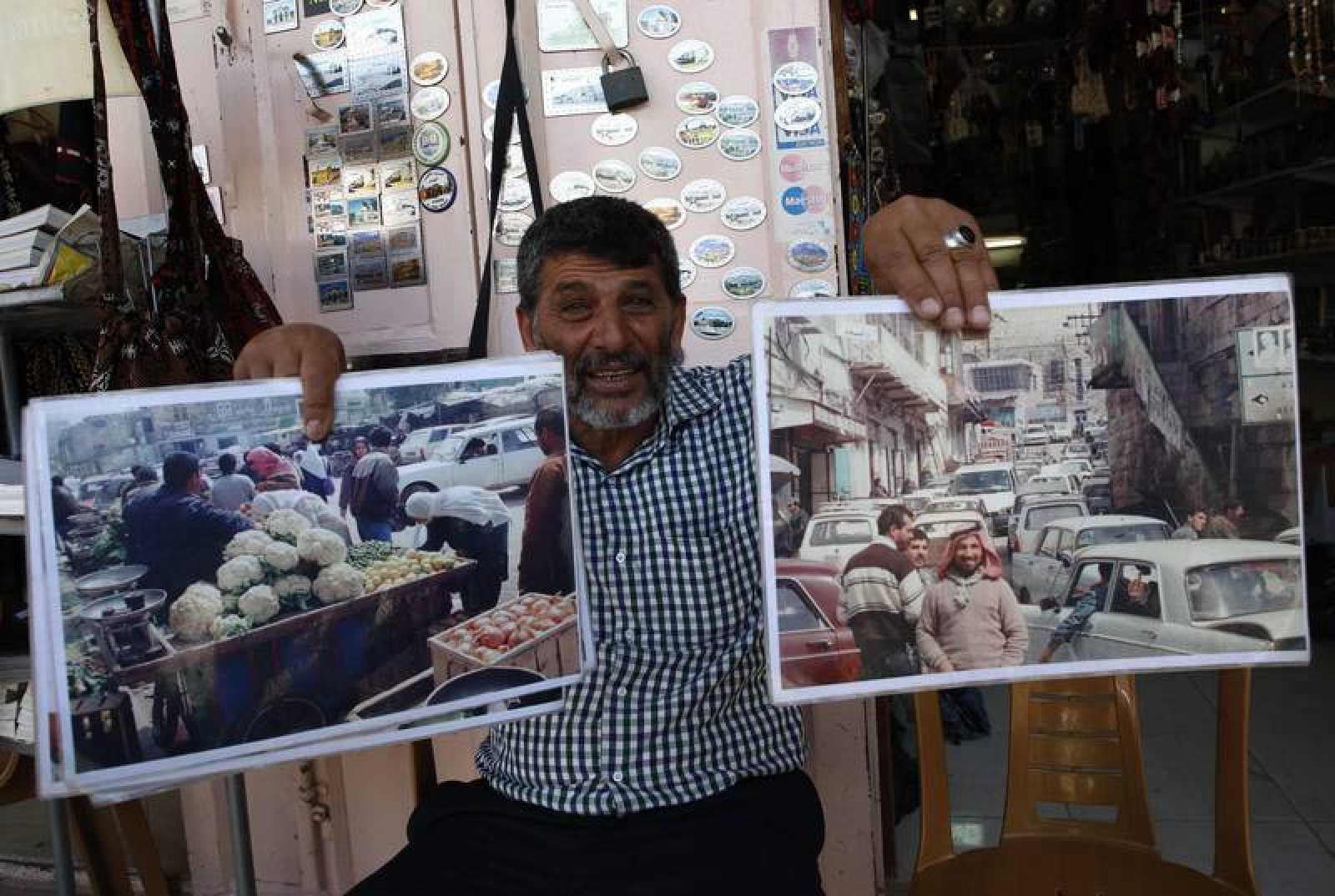 Abdel Raouf al-Mohtasseb, un palestino de 59 años que muestra imagenes del mercado de la ciudad antigua de Hebron en los primeros años tras la guerra de 1967.