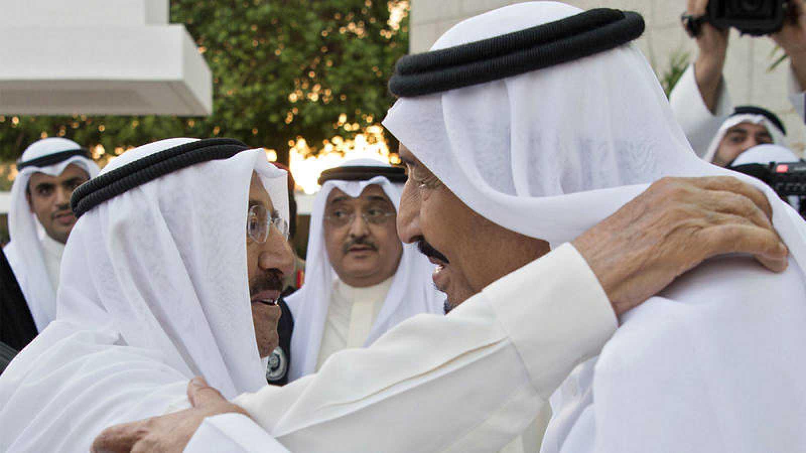 El emir kuwaití Sabah Ahmed al Sabah, saluda al rey de Arabia Saudí, Salman Bin Abdelaziz, reunidos este martes