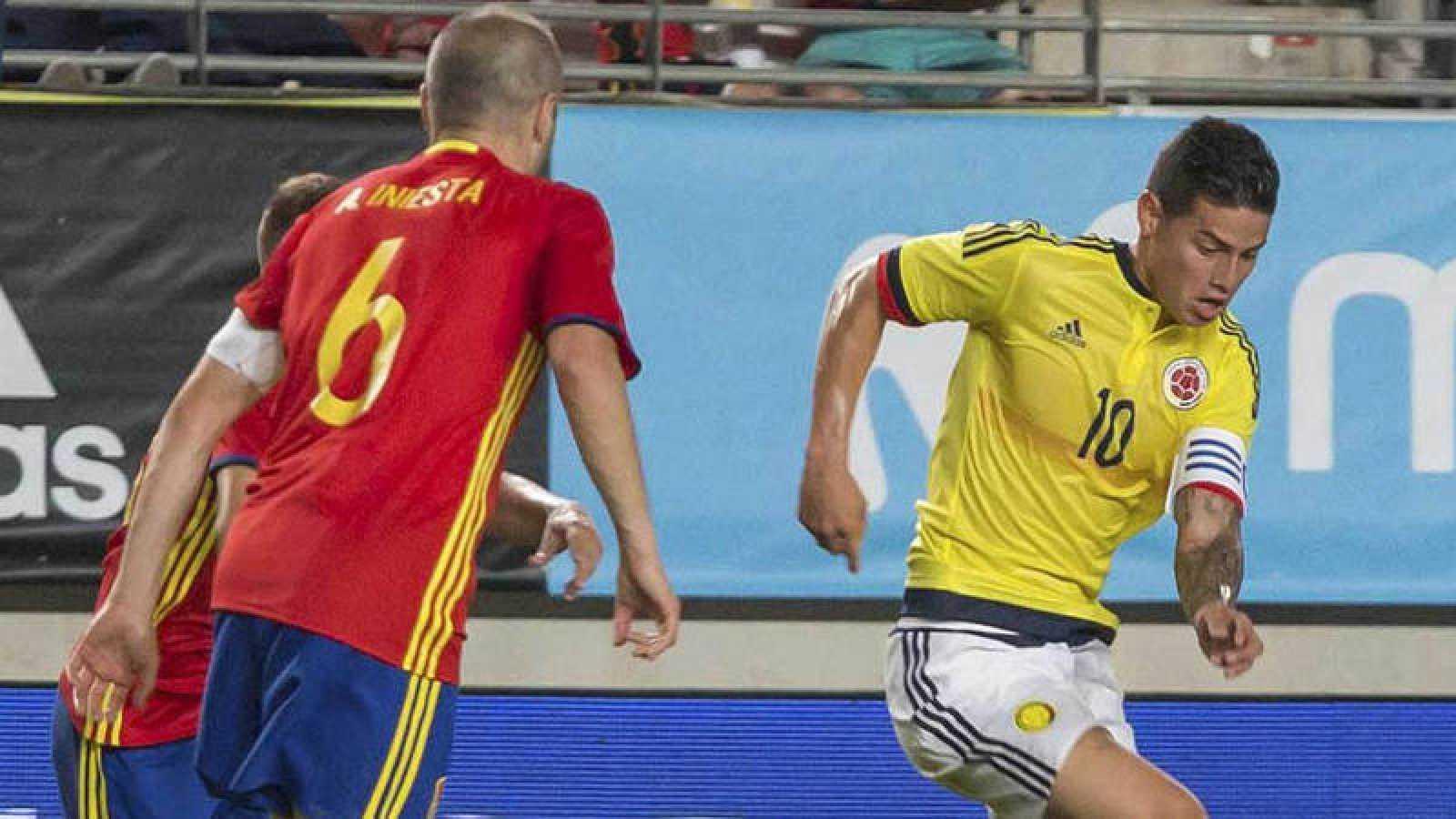 James e Iniesta, en un momento del España - Colombia