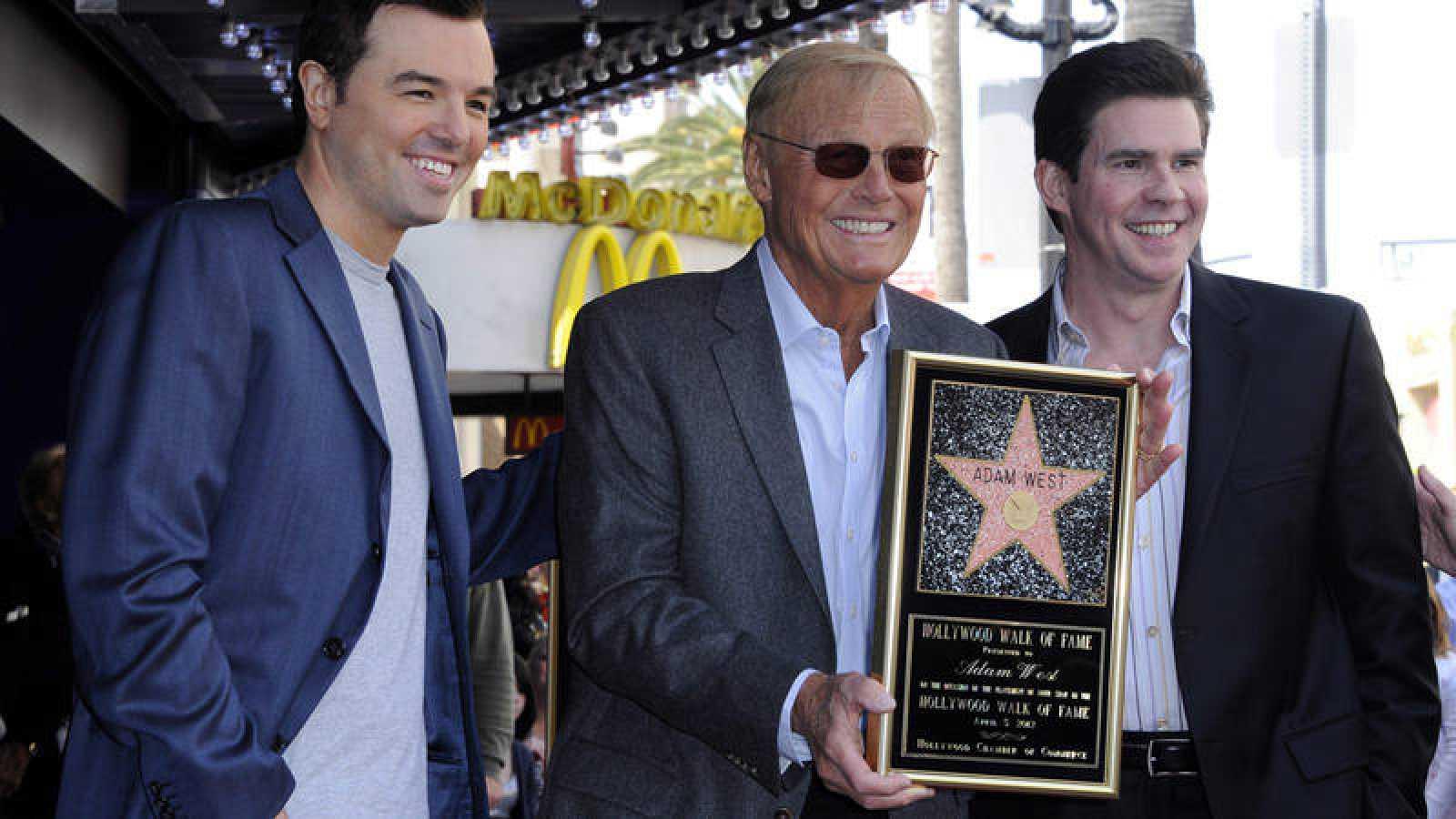 Adam West recibió su estrella en el Paseo de la Fama de Hollywood en 2012