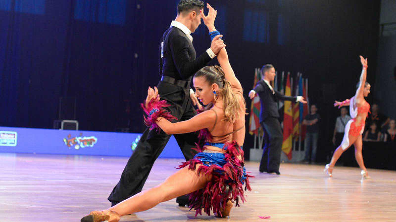 Una pareja ejecuta su coreografía en el Campeonato de España de Baile Deportivo Latino.