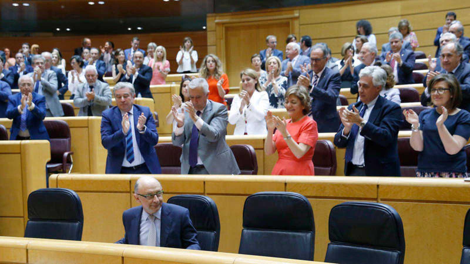 El ministro de Hacienda, Cristóbal Montoro, recibe el aplaso de los senadores de su grupo en una imagen de archivo