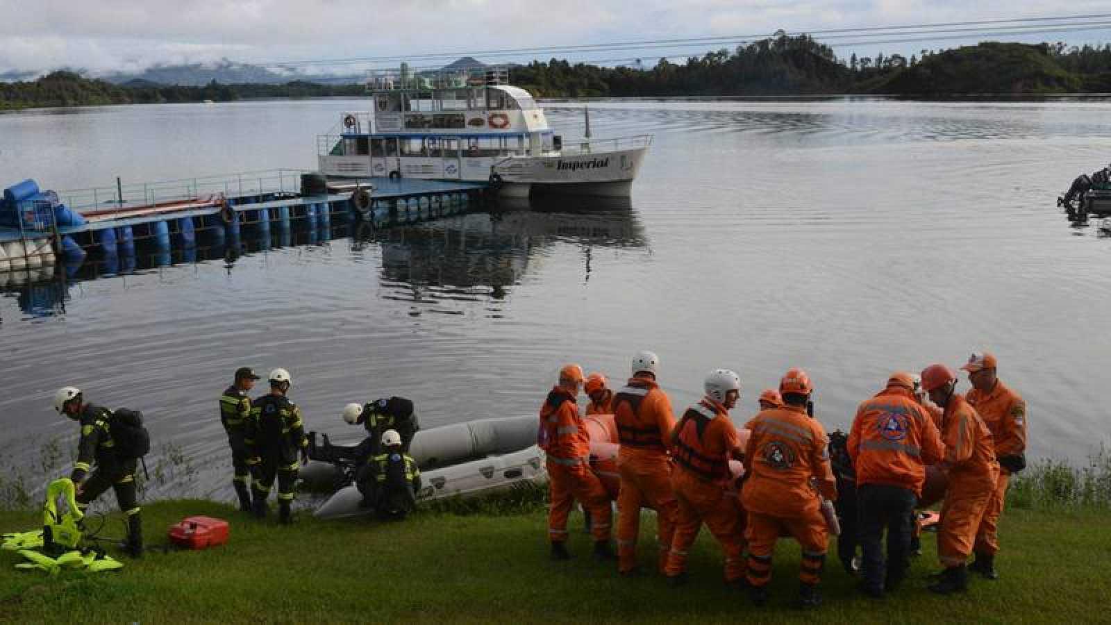 Un equipo de rescate bisca supervivientes del naufragio del 'Almirante' en Guatape, Colombia