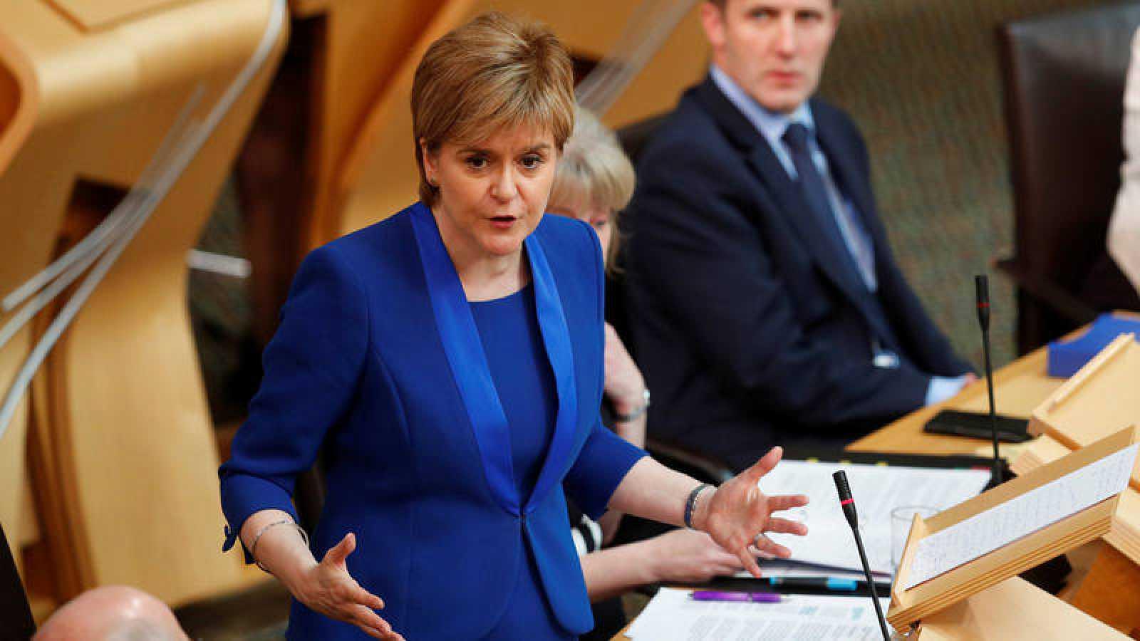 La ministra principal de escocia, Nicola Sturgeon, habla en el Parlamento de Edimburgo