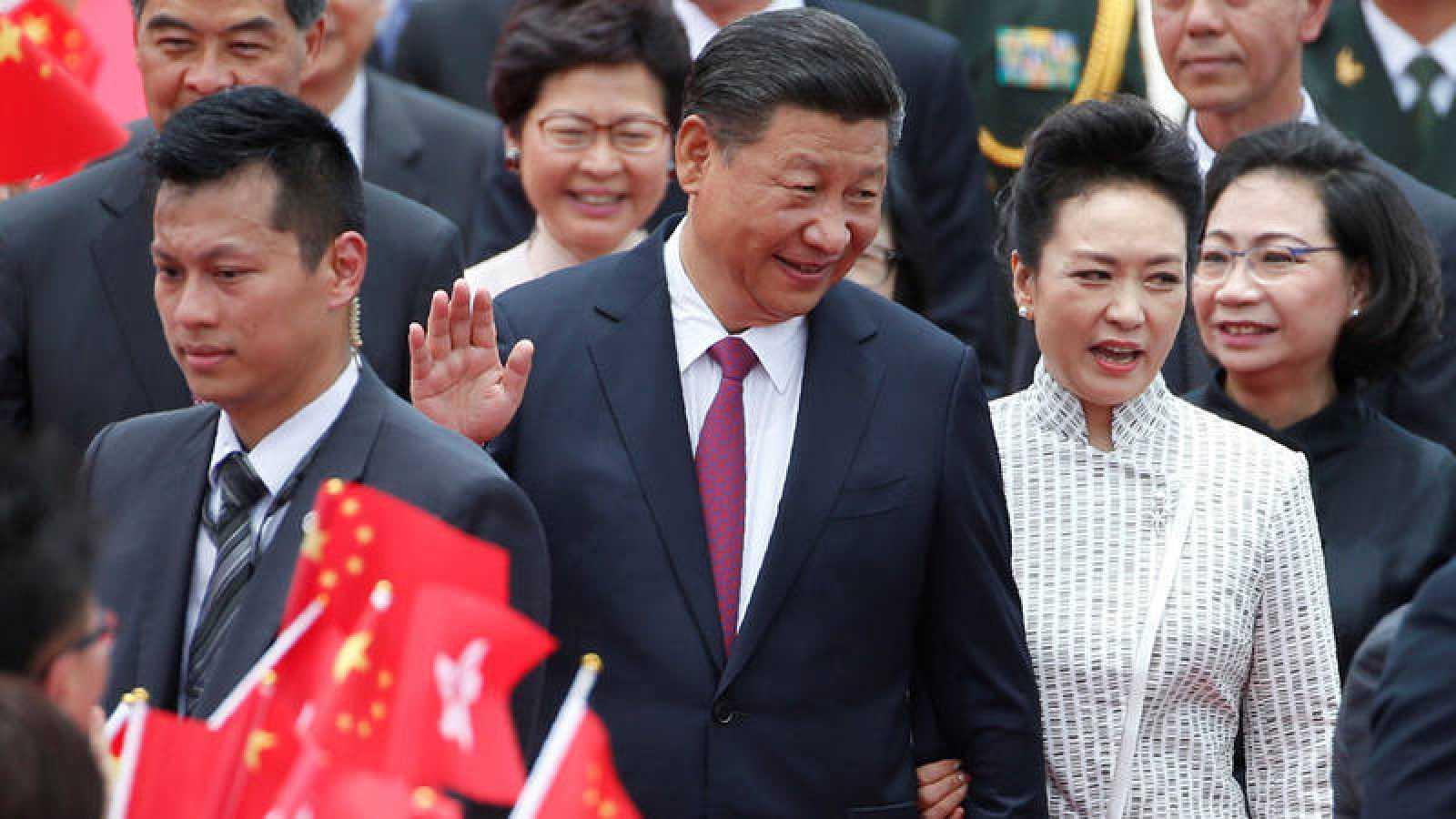 El presidente chino Xi Jinping y su esposa Peng Liyuan llegan al aeropuerto de Hong Kong