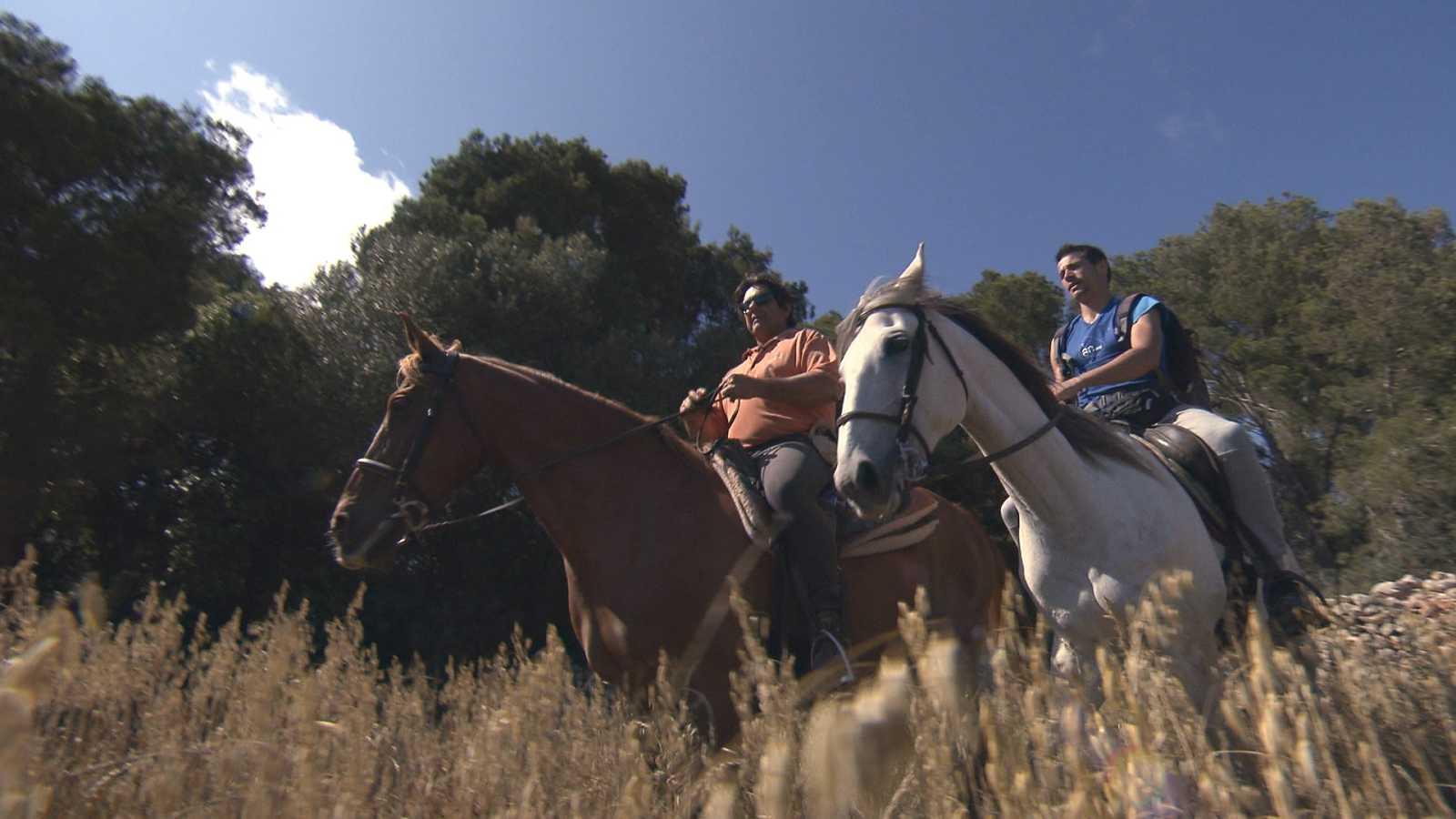 A caballo hacia Cala Mitjana, para empezar la ruta