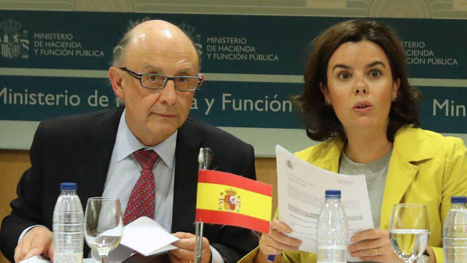 La vicepresidenta del Gobierno, Soraya Sáenz de Santamaría y el ministro de Hacienda, Cristóbal Montoro